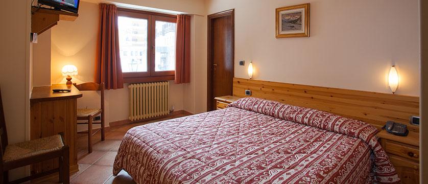 Italy_Cervinia_Hotel-Serenella_bedroom2.jpg